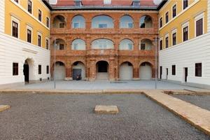 """Der Innenhof des Schlosses mit der instandgesetzten """"Römischen Fassade""""<br />"""