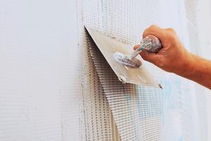 Nach der Grundierung den Flächenspachtel auftragen und das Gewebe vollflächig einbetten – in Stoßbereichen 10 cm überlappend<br />