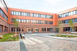 Im Erdgeschoss sind die Pausenhalle, der Fachraum Musik, die Bereiche Ernährung und Hauswirtschaft, Gewerbe Bau und Sozialpädagogik untergebracht