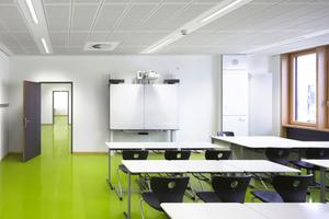 Insbesondere in den Klassenzimmern eignen sich Akustikdecken gut zur Regulierung der Nachhallzeit