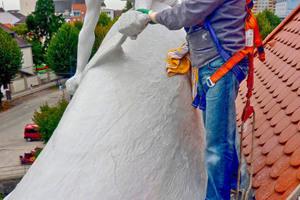 Zwei Figuren auf dem Dach des denkmalgeschützten Gerberhauses in Wels waren aufgrund ihrer exponierten Lage sanierungsbedürftig geworden