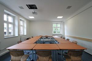 In den Besprechungsräumen besteht die Decke komplett aus Lochplatten<br />Fotos: Thomas Wieckhorst<br />