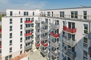 """Oben: Die 77 Wohnungen an der Berliner Treskowstraße 23 – 28 befinden sich in einem siebengeschossigen Neubau, der dank Vorfertigung schnell und kostengünstig erbaut werden konnte<span class=""""bildnachweis"""">Foto: Andreas FranzXaver Süß / Howoge</span>"""