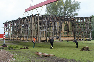 Das 32 Tonnen schwere Holzständerwerk wurde mit dem Autokran in drei Schritten auf den 80 m weit entfernten neuen Standort umgesetzt<br /> Foto: Fachwerkstatt Drücker &amp; Schnitger<br />