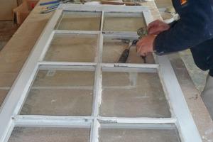 Mitte: Nach der Grundierung und einem Zwischenschliff erhielten die Fenster drei Anstriche mit Rubbol Ventura Semigloss<br />