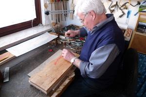 Der Formenstecher bei der Herstellung eines Models für den Handdruck