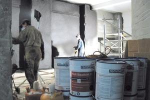 Die kunststoffmodifizierte Bitumendickbeschichtung wurde im Spritzverfahren aufgebracht (Tagesleistung: 300 m<sup>2 </sup> in 60 Gebinden)<br />