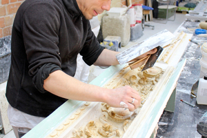 Christoph Brümmer sichert ein durch Wasserrohrbruch beschädigtes Ornament als Vorlage für die Rekonstruktion
