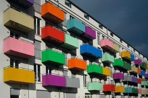 Balkone als freitragende Kragplatten werden durch nachträgliche Bewehrungsanschlüsse sicher in den bereits bestehenden Betondecken des Gebäudes verankert<br />