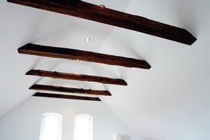 Beim trockenen Innenausbau des Dachstuhls erforderte die Verkleidung der freiliegenden Holzbalken von den Trockenbauern besonderes handwerkliches Geschick<br />