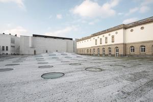 Der Neubau des Frankfurter Städel Museums befindet sich unter der Erde. Kreisrunde Oberlichter lassen Tageslicht durch die geschwungene Stahlbetondecke in die Ausstellungsräume<br />Foto: Benedikt Kraft<br />