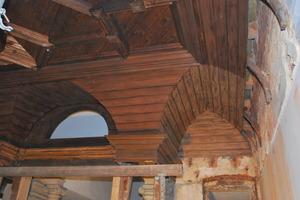 Teilweise demontierte vorhandene Holzdecke