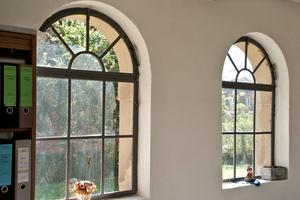 Rundbogenfenster im umgenutzten Hühnerstall in Wallerfangen<br />