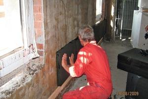 Verkleben der Schaumglasdämmung auf den vorab mit Kalkzementputz verputzten Backsteinmauern<br />