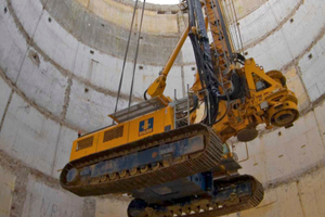 """Im """"Blindflug"""" musste der Kranführer die Bauer BG 28 Meter für Meter im Bunker absetzten"""