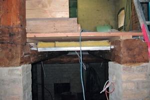 Rechts: Historische Deckenstruktur mit Gipskartonverkleidung am Durchgang zum späteren Bücherei im Untergeschoss<br />