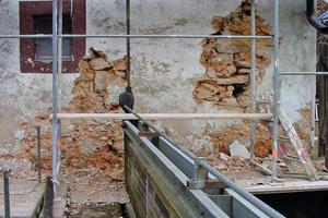 Rechts: Hier wird nur das vordere, 12 cm dicke, alte Steinmaterial herausgenommen und durch neue Steinplatten ersetzt