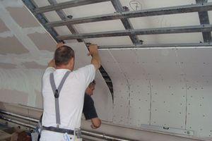 Die Wände sind mit biegsamen Trockenbauplatten beplankt. Vor der Montage hat man sie angefeuchtet und gebogen