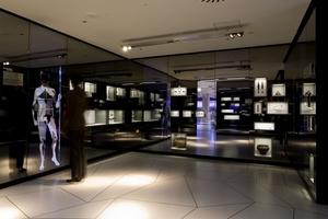 Spiegelinstallation mit Trachten der Eisenzeit und der römischen Kaiserzeit