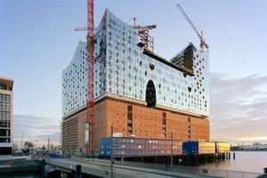 Zunächst gingen die Bauarbeiten an der Hamburger Elbphilharmonie zügig voran: Nordostansicht im September 2011<br />