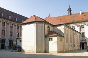 Die Kirche im Innenhof vor Beginn der Anbauarbeiten<br />
