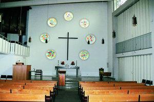 Aus dem Gebäude der Paul-Gerhard-Kirche in Bielefeld wurde Ende September eine Synagoge: Anstelle des Altars befindet sich nun ein von der Tischlerei Hemkentokrax gebauter Toraschrein. Die sieben runden Fenster füllte der Künstler Matthias Hauke mit  neuen Gläsern, die von rechts nach links die Genesis zeigen