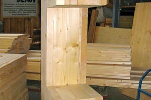 Modell des Wandaufbaus: Die quer zur Wand platzierten, verdübelten Bohlen in der Mitte bilden die tragende Schicht dieser monolithischen Holzkonstruktion<br />