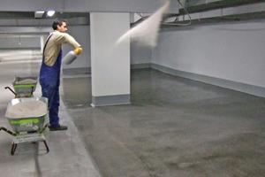Links: Untergrundvorbereitung durch Kugelstrahlen