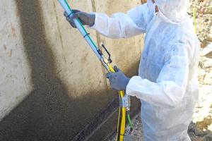 """Bei der Verarbeitung von Bitumen ist die patentierte Peristaltik-Technik besonders gut geeignet, da das Material beim Pumpen nicht erhitzt wird<span class=""""bildnachweis"""">Fotos: Inotec</span>"""
