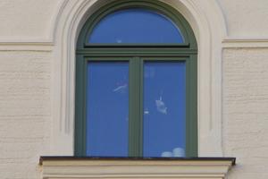 Die Fenster wurden entsprechend des Bestandes (jeweils links) nachgebaut und im Zuge der Fassadensanierung fachgerecht erneuert<br />Fotos: Kneer-Südfenster
