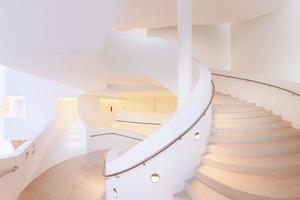 Dramatischer Auftritt: die nach oben breiter werdende Spiraltreppe führt über das obere Parkett und den Rang bis hinaus in die Skylobby<br />