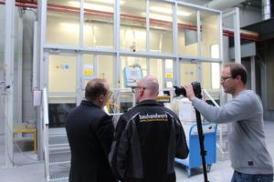 Produktmanager Stefan Korkus zeigt bauhandwerk-Redakteur Thomas Schwarzmann die Zargenproduktion. Rechts im Bild: Kameramann Nicolai Stein