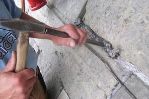Der Zopf Bleiwolle wird entrollt, zu einem Strang in der richtigen Dicke gedreht, in die Fuge gelegt und anschließend verstemmt