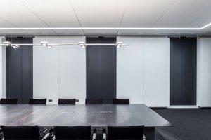 Scheinbewegungsfugen unterbrechen die Deckenelemente und werden an und in den Wandvorsatzschalen als vertikale Linienführung exakt übernommen