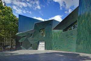 """Der Baukörper der Neuen Synagoge in Mainz wird durch eine stark mäandrierende Silhouette geformt, die in abstrakter Art die fünf Buchstaben des hebräischen Wortes """"Keduschah"""" (Heiligkeit) nachzeichnet"""