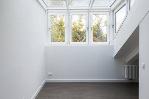 Großzügig schräg verglaste Wohnung im Dachgeschoss von Haus 1