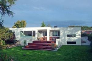 Die Sanierung verwandelt den Bungalow in Bielefeld mit vergleichsweise einfachen Mitteln energetisch und gestalterisch gekonnt in ein modern schlichtes Einfamilienhaus<br />Fotos: Axel Zumbansen<br />