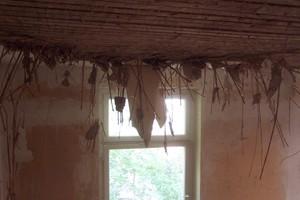 Beispiel für eine Renovierung&nbsp; Gipsstuck: 1 Zustand vor der Sanierung<br />