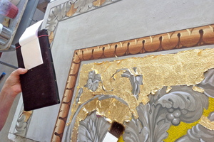 Die Rücklage der Graumalerei wird mit Blattgold vergoldet