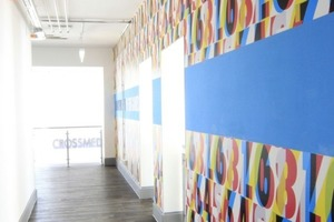 Farbig gestaltete Wände in den Fluren des ehemaligen Bunkers
