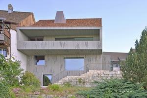 """Die mit einer unregelmäßig ornamentierten Holzverschalung verkleidete Hangseite des Hauses Lendenmann in Regensberg<span class=""""bildnachweis"""">Fotos: Architekturfotografie Sabrina Scheja</span>"""
