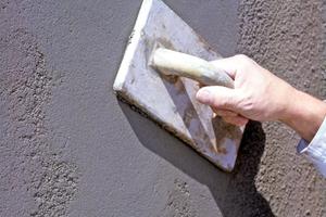 Soll die Oberfläche geglättet werden, müssen mindestens zwei Lagen aufgetragen werden