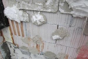Stoßfugen im Mauerwerk sind unter dem WDVS hier breiter als 5 mm