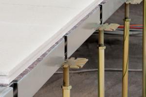 Etwa 3000 individuell justierbare Hohlbodenstützen brachten den Gifafloor Flächenhohlboden auf eine Höhe von 80 bis 100 cm<br />Fotos: Knauf Integral