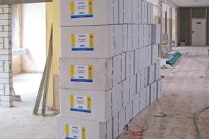 Zu handlichen Paketen verpackt wartet die Innendämmung TecTem Insulation Board Indoor auf der Baustelle im Rathaus von Saarlouis auf die Verarbeitung<br />
