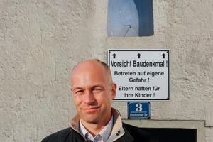 """<div class=""""99 Bildunterschrift_positiv"""">Thomas Wieckhorst, verantwortlicher Redakteur, vor einem abgesperrten Baudenkmal in Diedorf<br />Kontakt: 05241/801040, thomas.wieckhorst@<br />bauverlag.de</div>"""