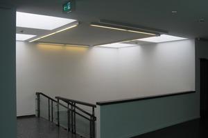 Im Obergeschoss geht das Treppenhaus aus den 1970er Jahren in den modern gestalteten Innenausbau über<br />