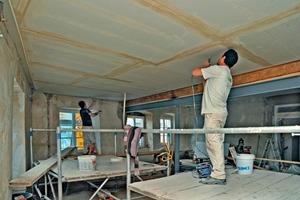 """Die im großen Saal im ersten Obergeschoss unter der Decke montierten Gipskartonplatten sorgen für einen ausreichenden Brandschutz und eine ruhige Deckenoptik<br /><span class=""""bildnachweis"""">Fotos: Jochen Hahne</span>"""
