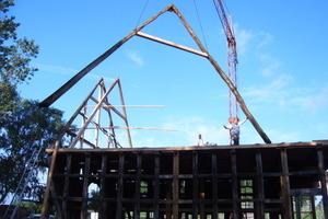Wiederaufbau der Dachkonstruktion mit zusätzlichen Sparren nach der Translozierung<br /> Foto: Fachwerkstatt Drücker &amp; Schnitger