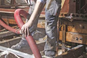 Großes Foto auf linker Seite: Von den Mitarbeitern der Raida Dämmtechnik verlangten die Aufblasdämmarbeiten Trittsicherheit